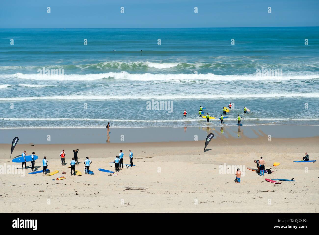 Les surfeurs prendre des leçons sur le Pin Sec plage dans le département de la région Aquitaine dans le sud-ouest de la France. Photo Stock