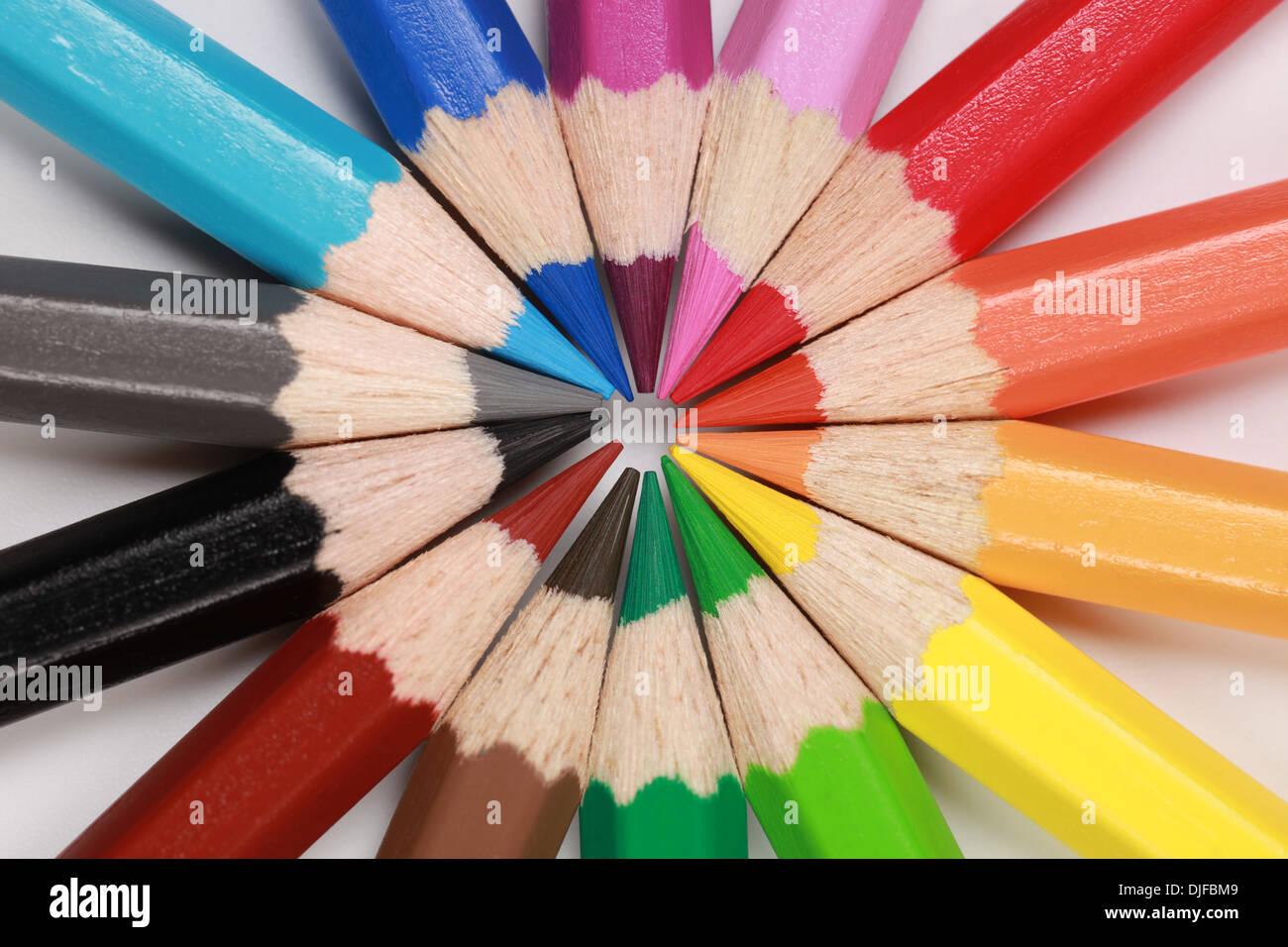 Crayons de couleur dans une rangée formant un cercle Photo Stock