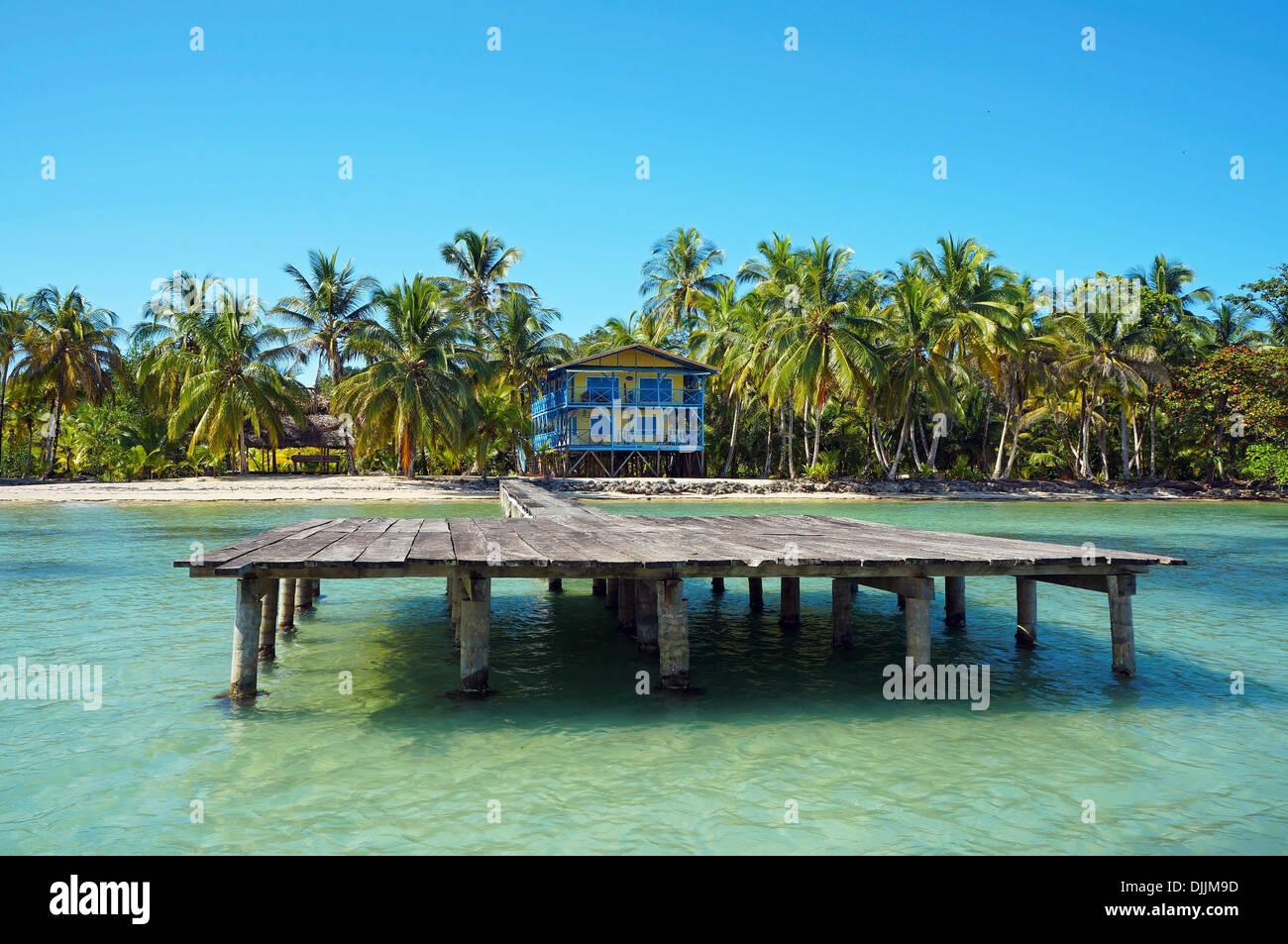 Littoral tropical avec beach house et son dock, mer des Caraïbes Photo Stock