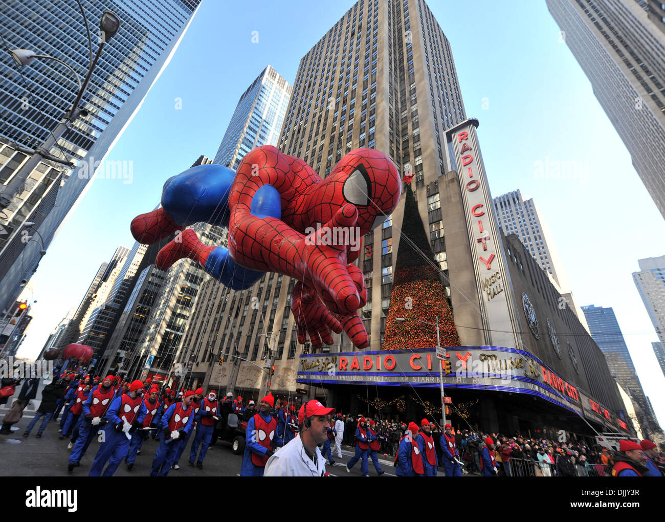 New York, USA. 28 novembre 2013. Le ballon Spiderman flotte au-dessus de la rue pendant la Macy's Thanksgiving Day Parade à New York, États-Unis, le 28 novembre 2013. (Xinhua/Wang Lei/Alamy Live News) Photo Stock