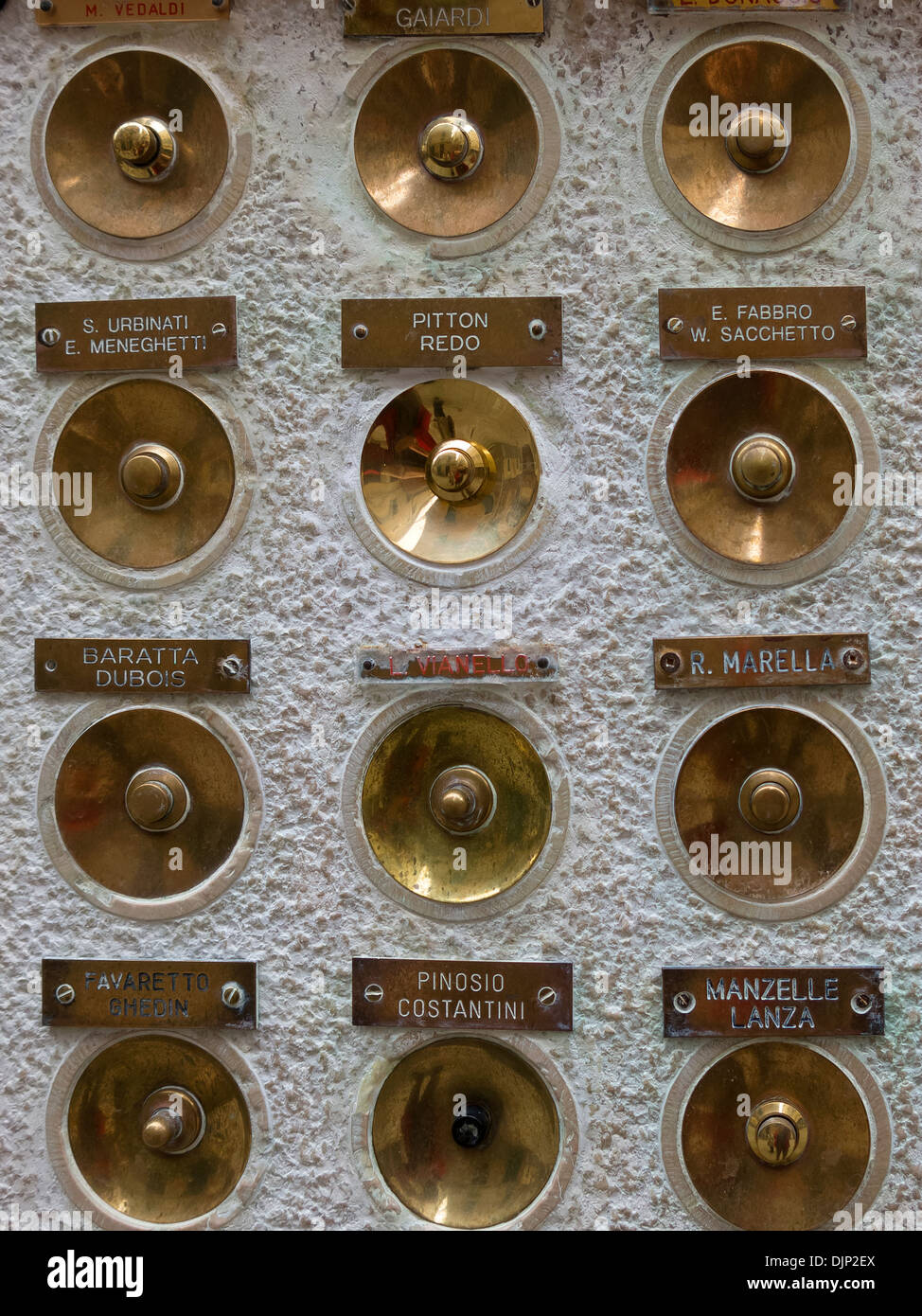 Décoratifs ornés d'cloche en laiton plaques italiennes et pousse, Venise, Italie. Banque D'Images