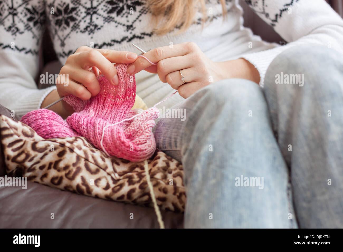 a7bcddbb0829 Mains tricot aiguilles à tricoter  fille  femme libre passe-temps artisanat  coloré de fils de suture