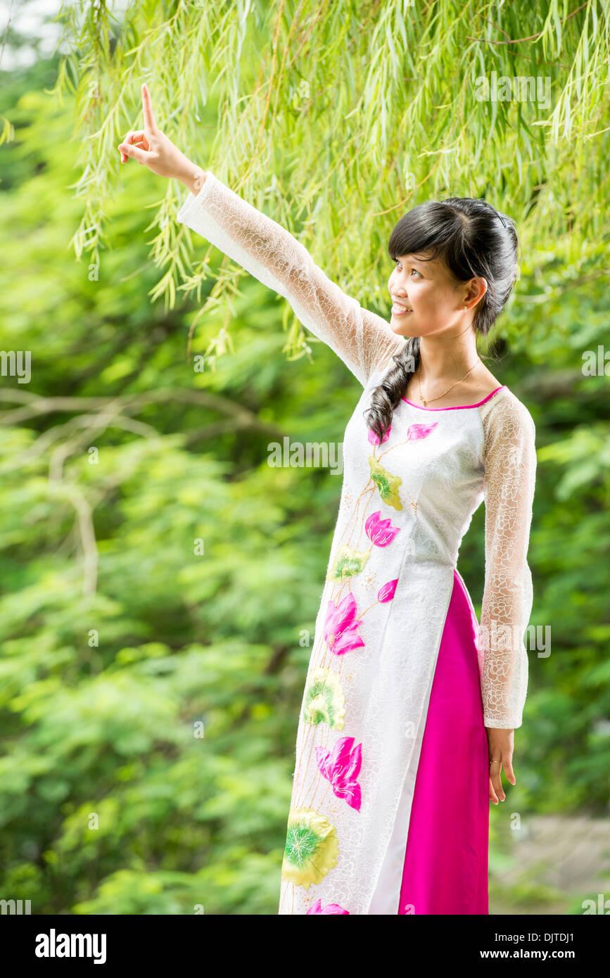 Traditioanl Vietnam Ao Dai en tissu modèle, Nueet,20, Hanoi, Vietnam Photo Stock