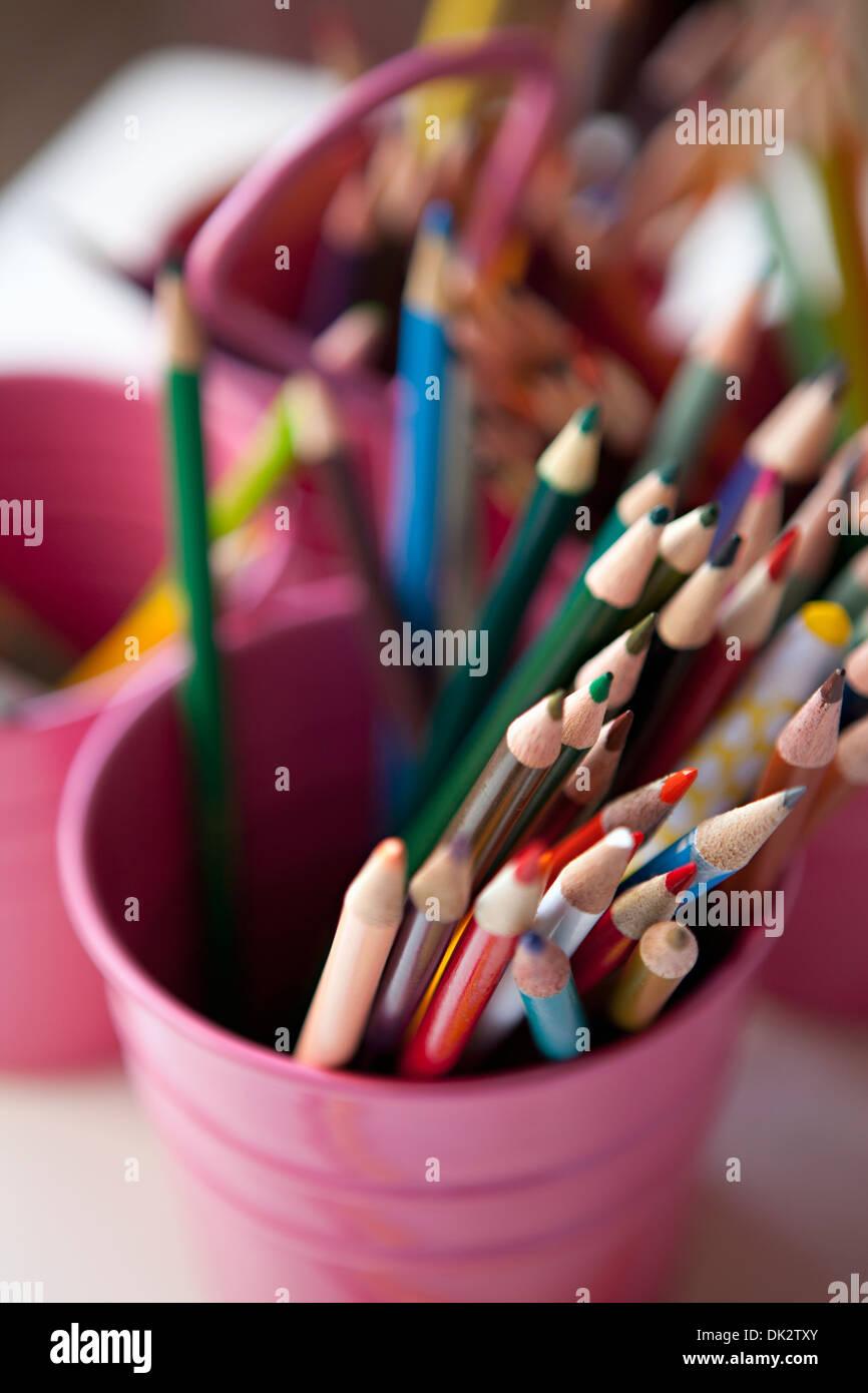 Close up portrait of art multicolore en crayons de couleur pink bucket Photo Stock