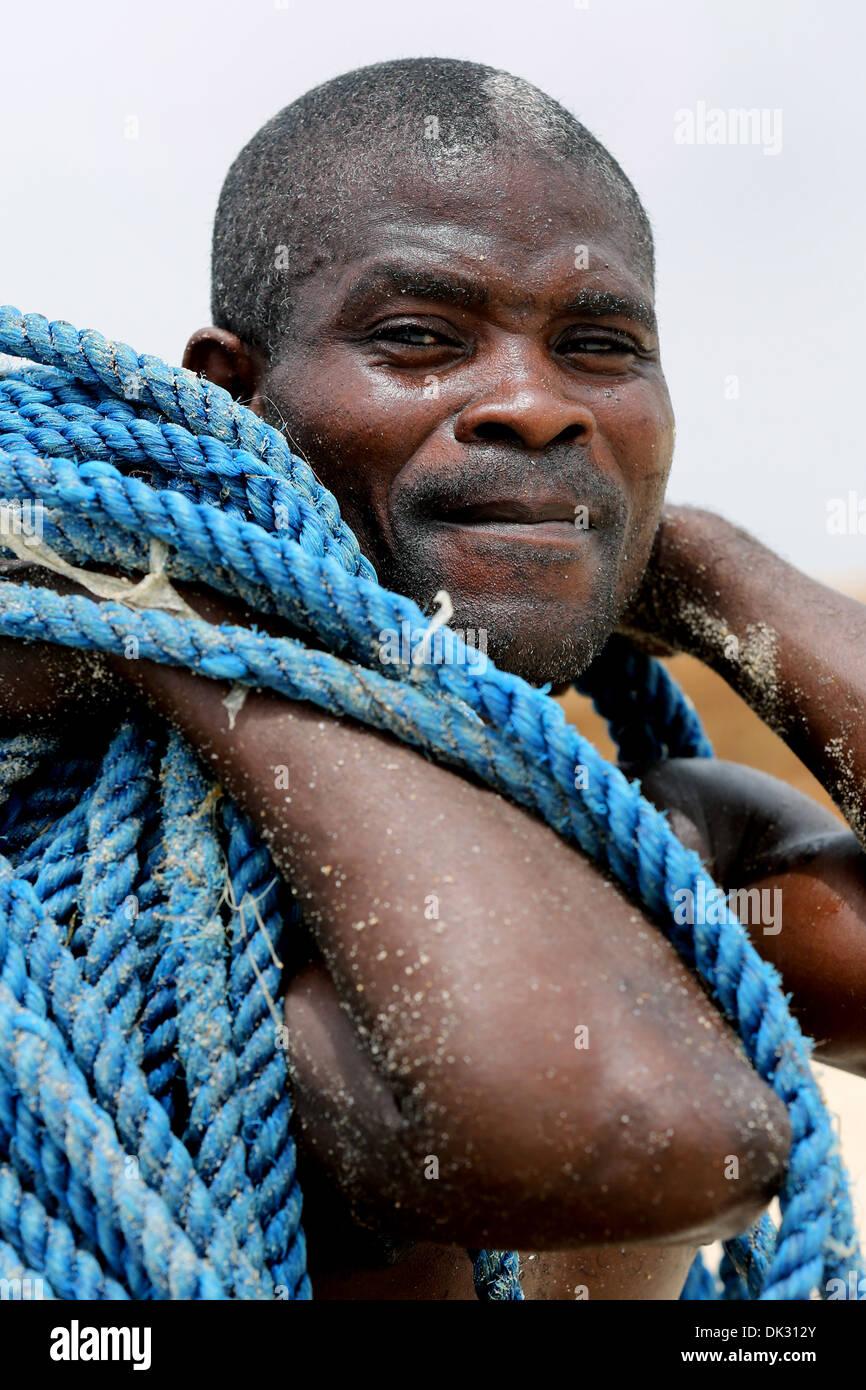 Portrait d'un pêcheur avec une corde bleue. Accra, Ghana, Afrique Photo Stock