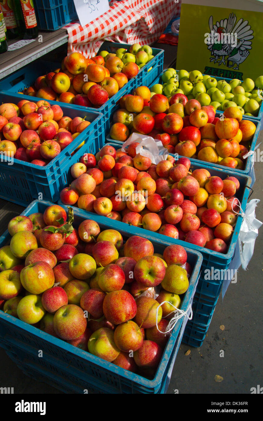 Marché de producteurs de pommes tchèque Jiriho z Podebrad square quartier Zizkov Prague République Tchèque Europe Photo Stock