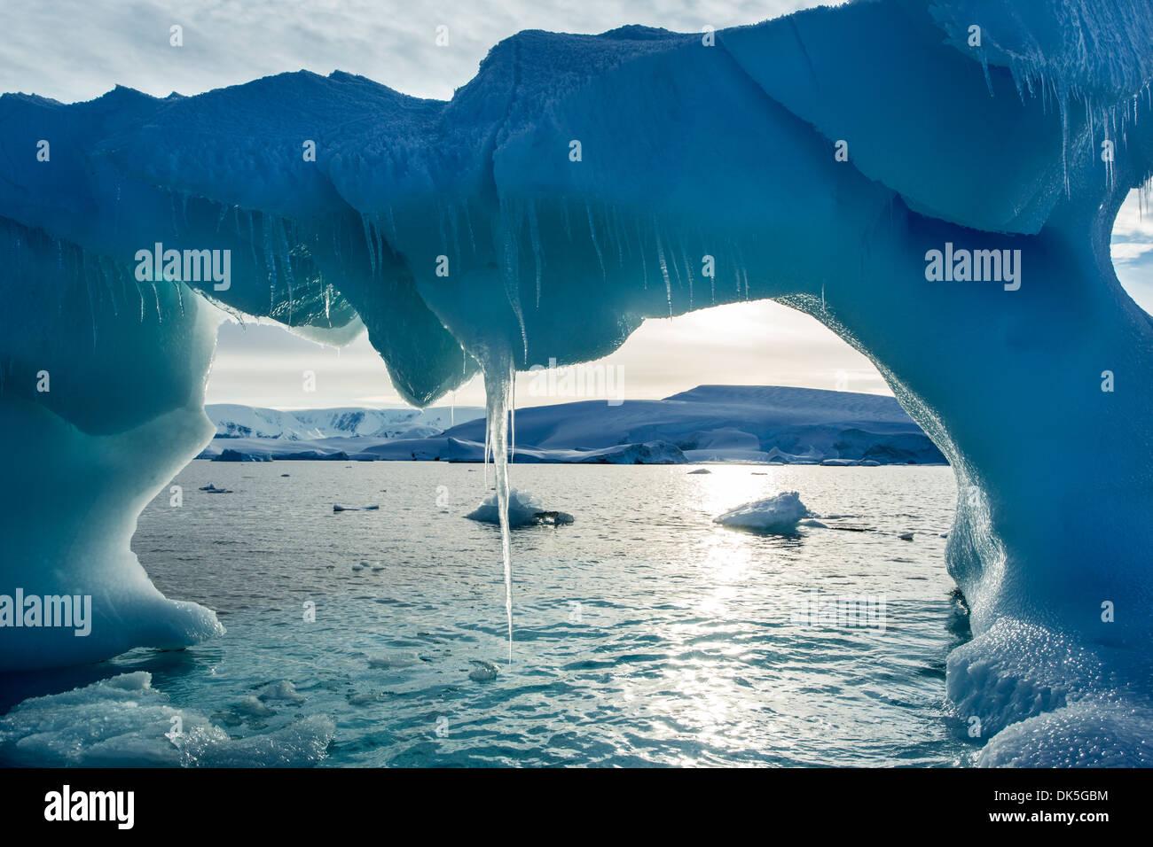 L'antarctique, les glaçons pendre du iceberg voûté flottant près de l'île d'entreprise dans le long de la baie Wilhelmina Banque D'Images