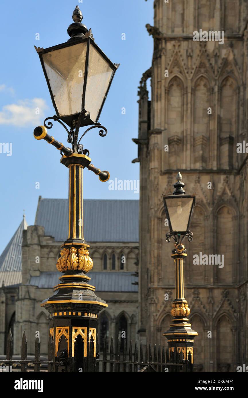 Lampadaire Fleuri En Face De La Cathedrale De York York Yorkshire