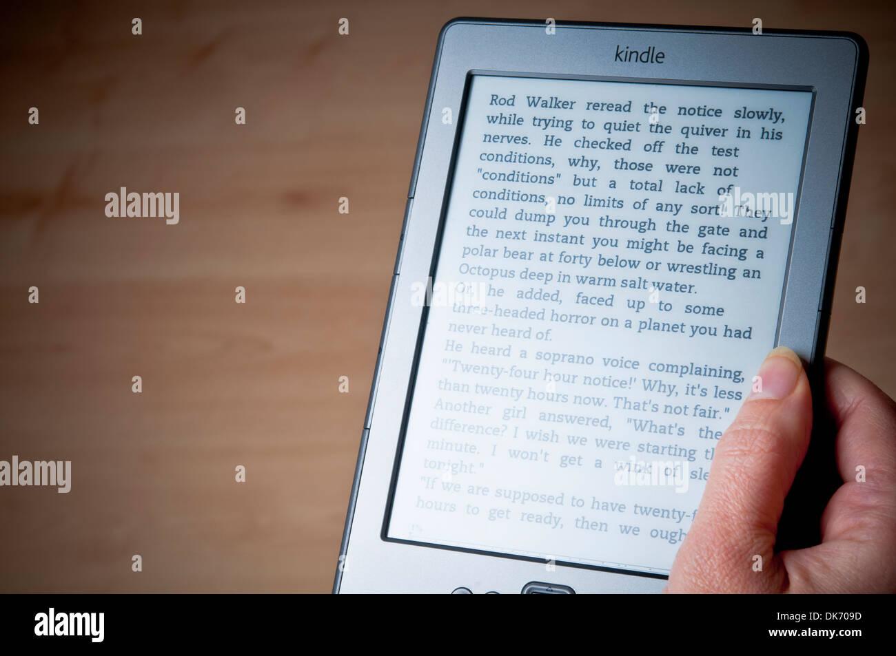Femme main tenant un Kindle e-book reader Photo Stock