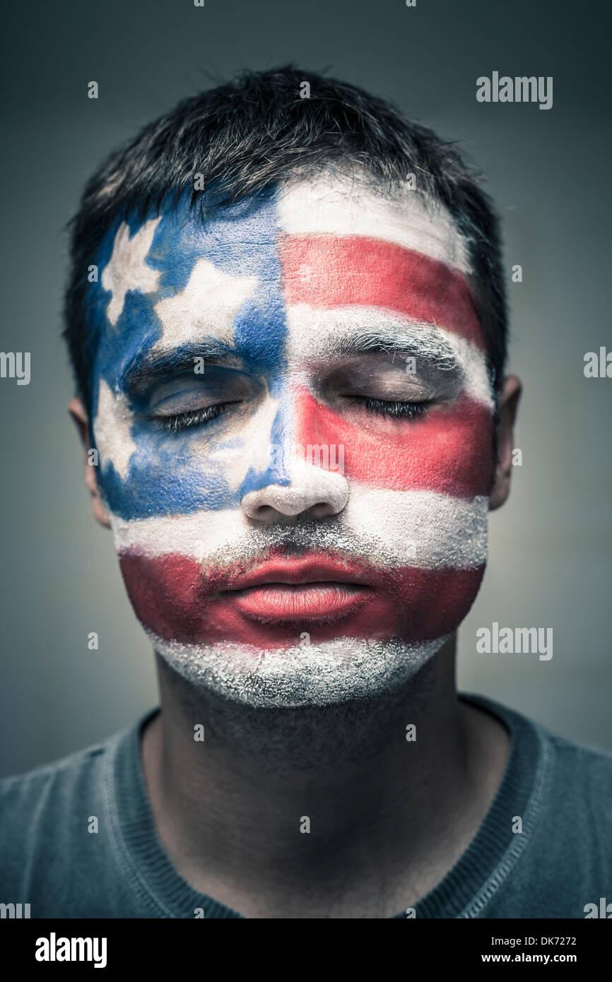 Portrait d'homme avec USA flag peint sur son visage et ferma les yeux. Photo Stock