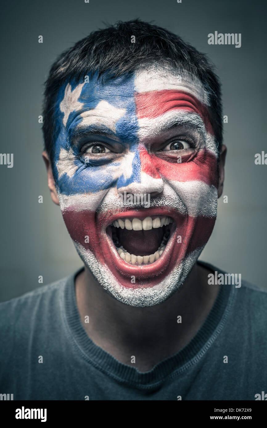 Portrait de l'homme est sorti avec nous d'un drapeau peint sur la face. Photo Stock