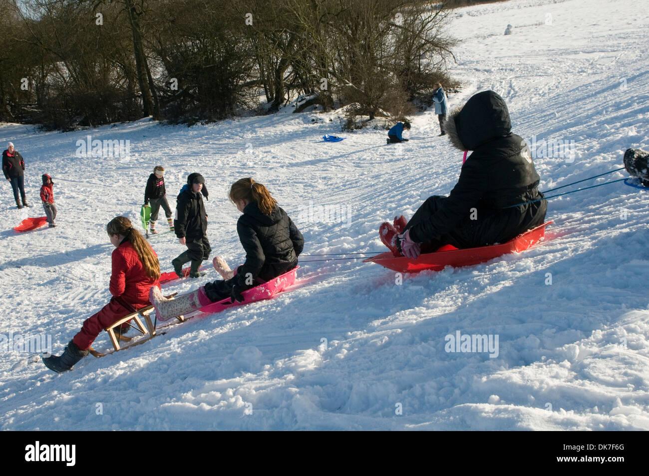 La luge uk-luges traîneaux personnes enfants jouant dans la glissière temps froid l'hiver froid neige gelée automne falls Photo Stock