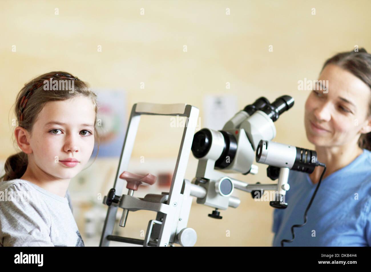 Optométriste prépare à examiner les yeux de la jeune fille Banque D'Images