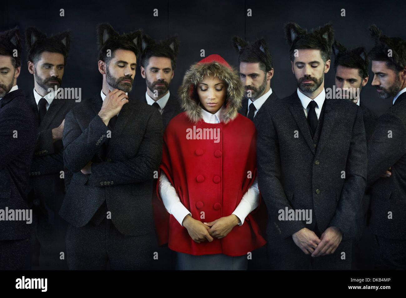 Femme habillée en petit chaperon rouge, avec des hommes d'image multiples Photo Stock