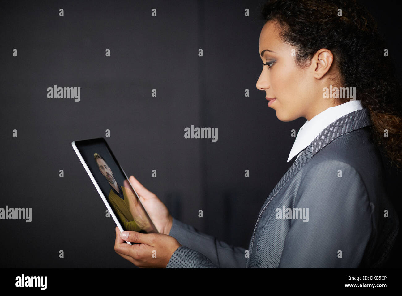 Businesswoman using digital tablet Banque D'Images