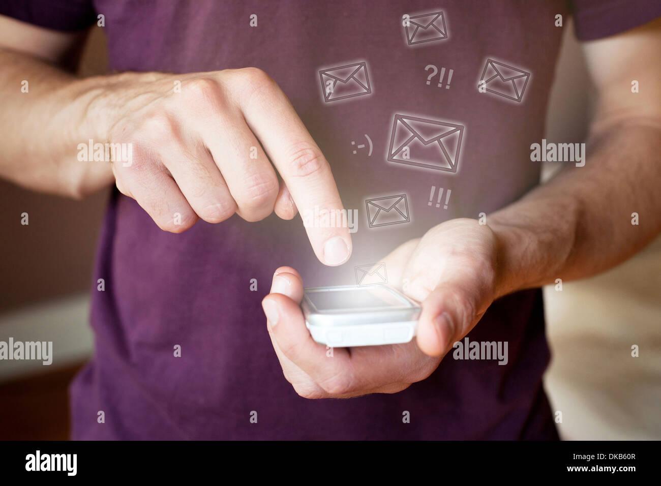 L'envoi d'e-mails avec le smartphone sans fil Photo Stock