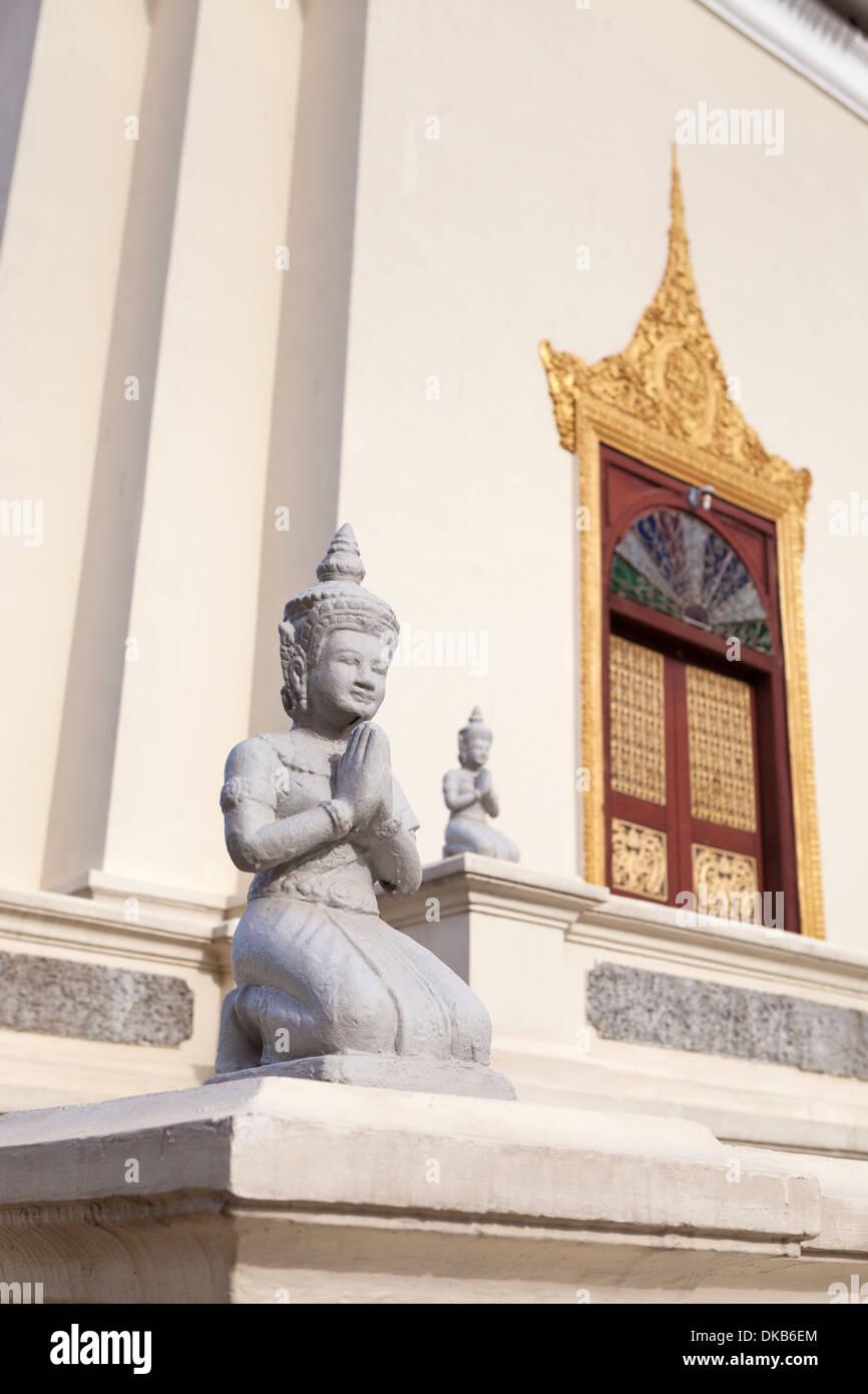 Statues agenouillées au palais royal, Phnom Penh, Cambodge Banque D'Images