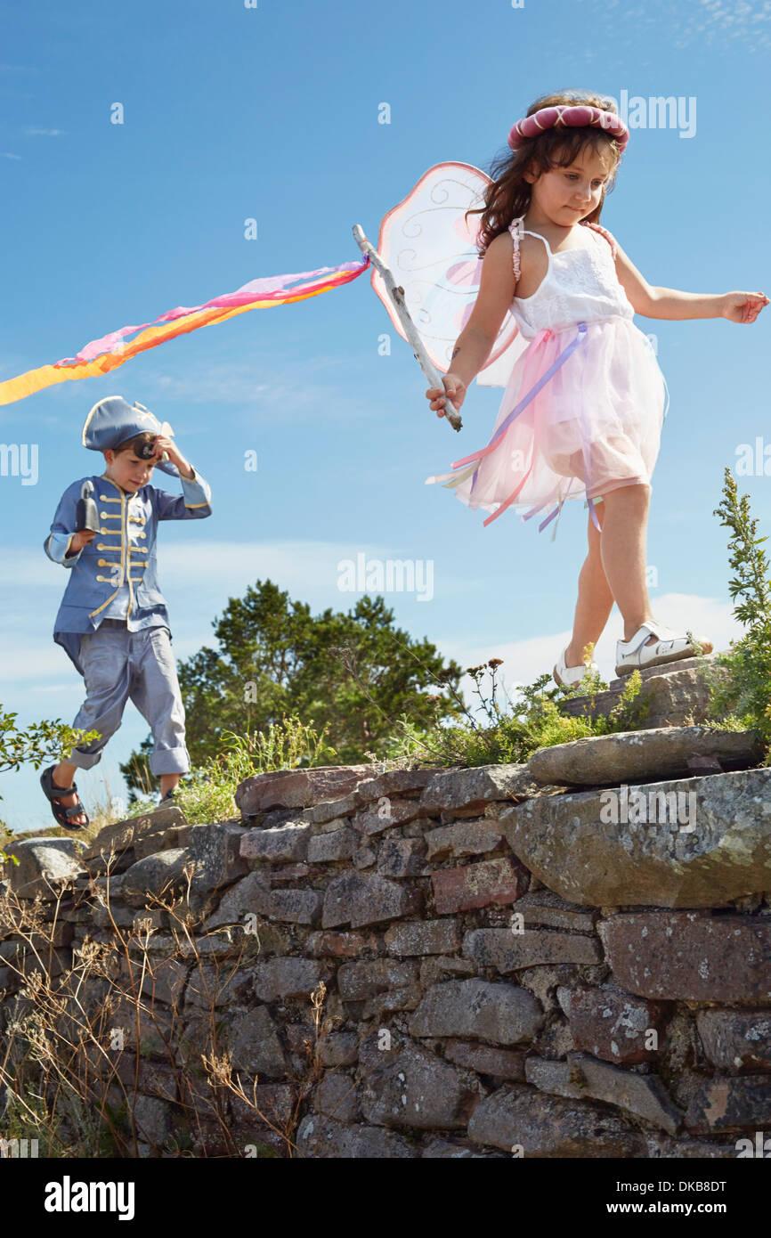 Garçon et fille habillé en pirate et fée, Eggergrund, Suède Photo Stock