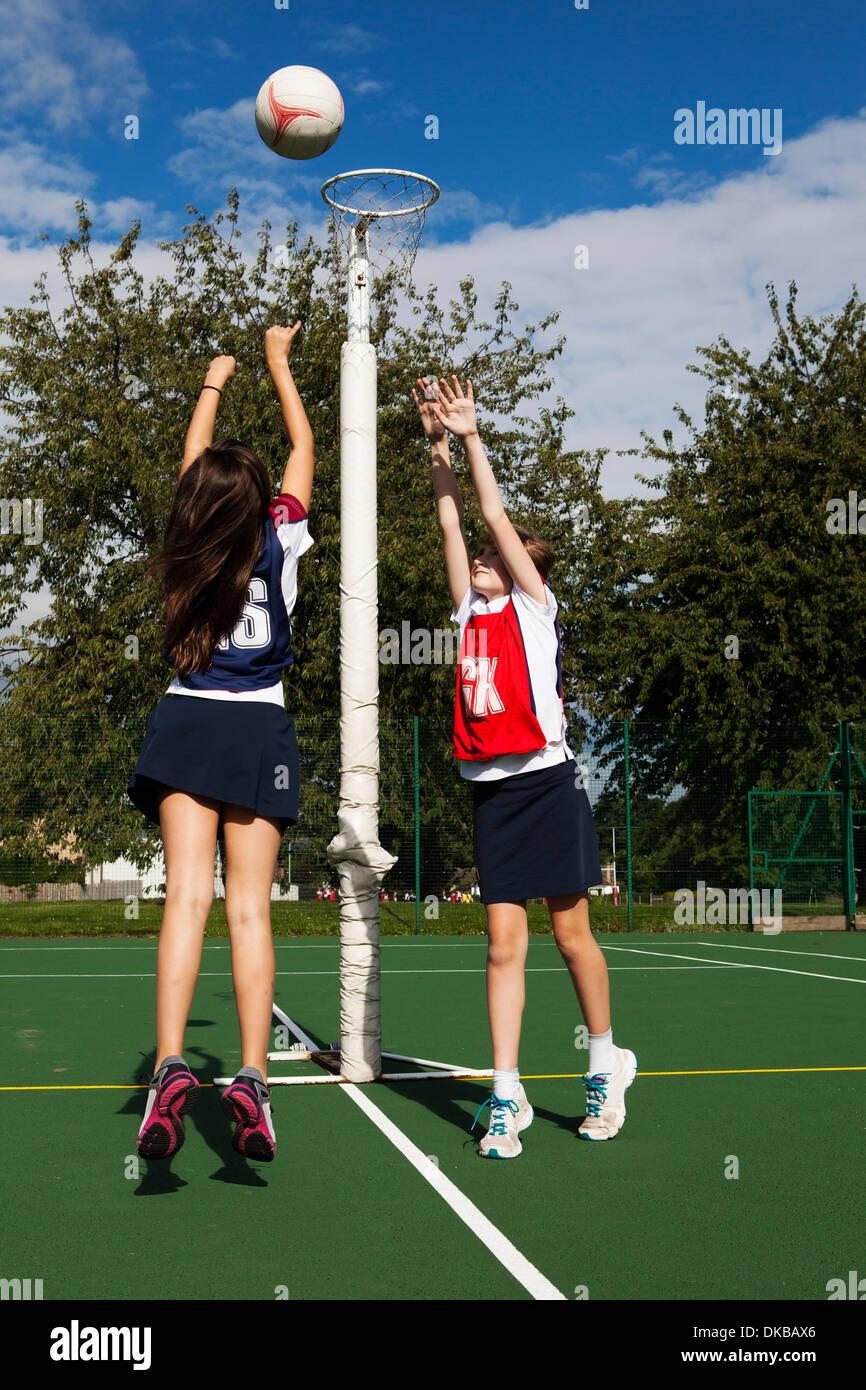 Deux écolières jouant le netball Photo Stock