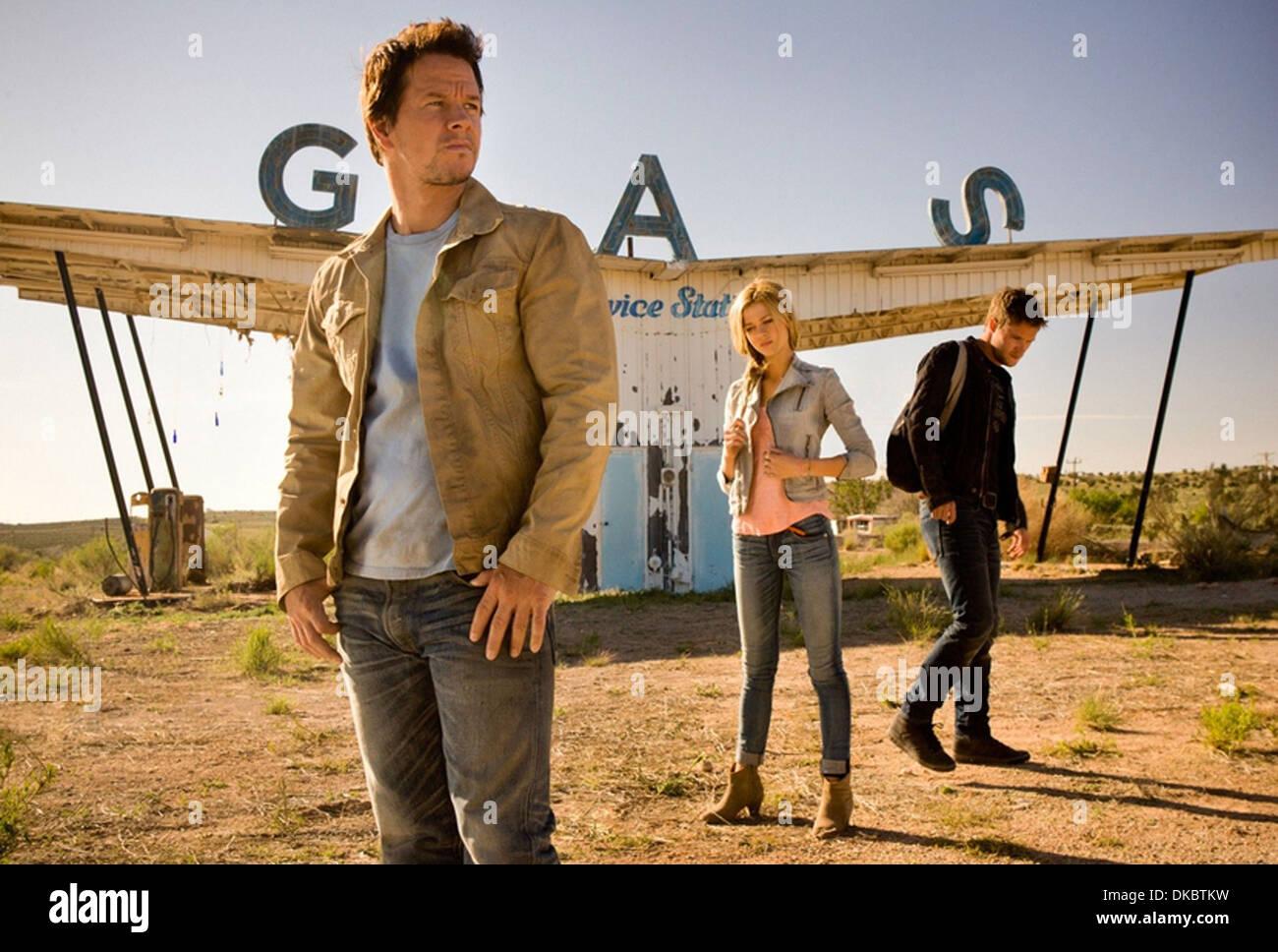 TRANSFORMERS: L'ÂGE D'EXTINCTION 2014 Paramount Pictures film avec de gauche à droite: Mark Wahlberg, Nicola Peltz et Jack Lea Polonski Banque D'Images