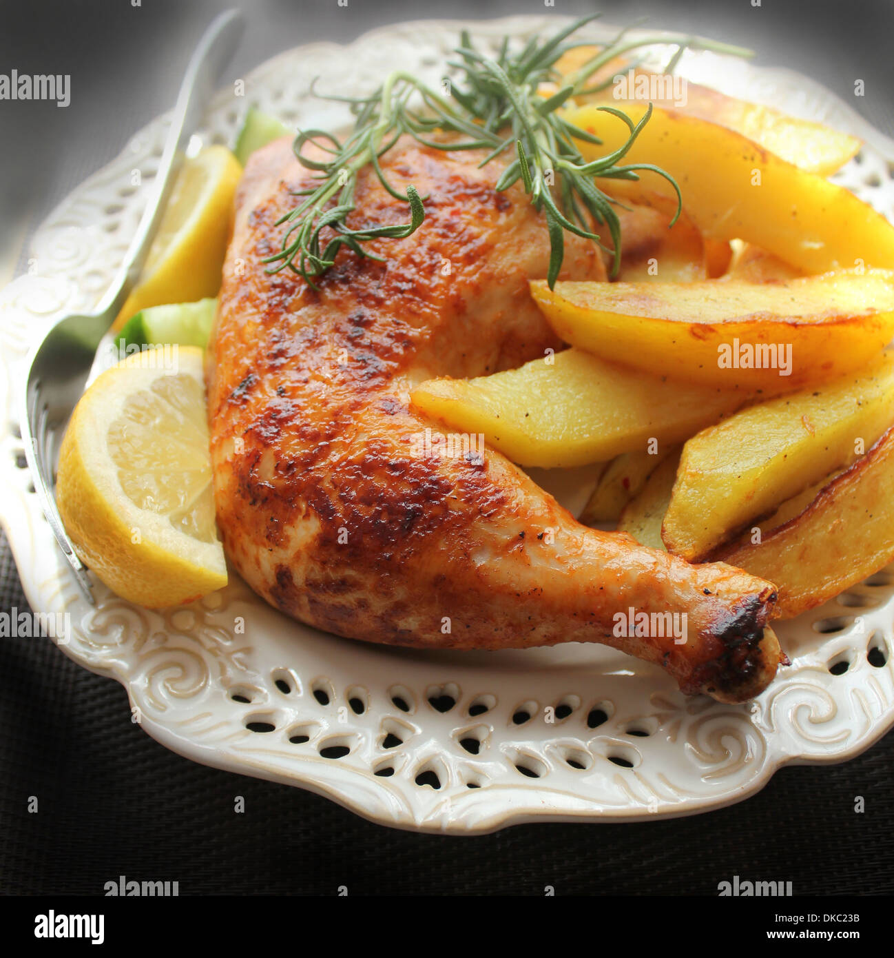 Cuisse de poulet rôti avec des pommes de terre frites et de citron Photo Stock