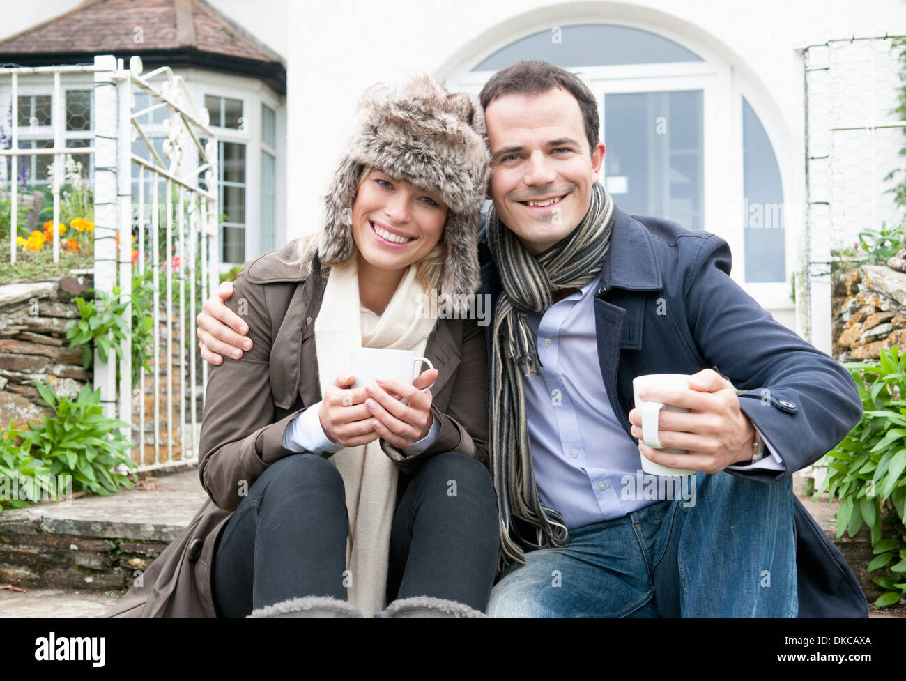 Couple à l'extérieur de maison neuve Photo Stock