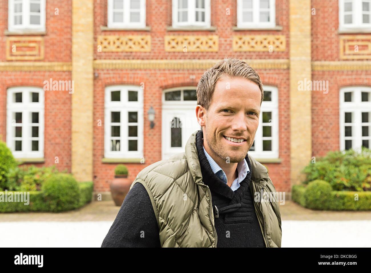 Mid adult man smiling towards camera Banque D'Images