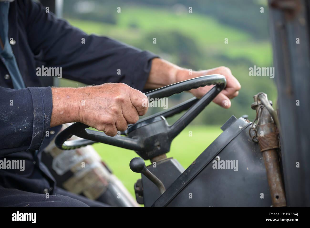 Agriculteur mature dans la cabine du tracteur, Close up Banque D'Images
