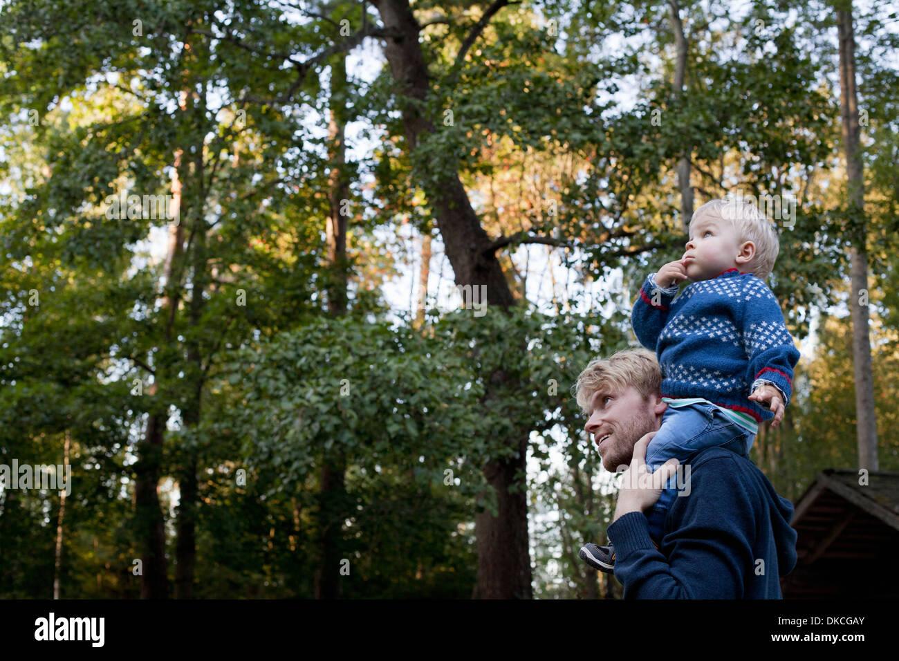 Petit garçon sur les épaules du père Photo Stock