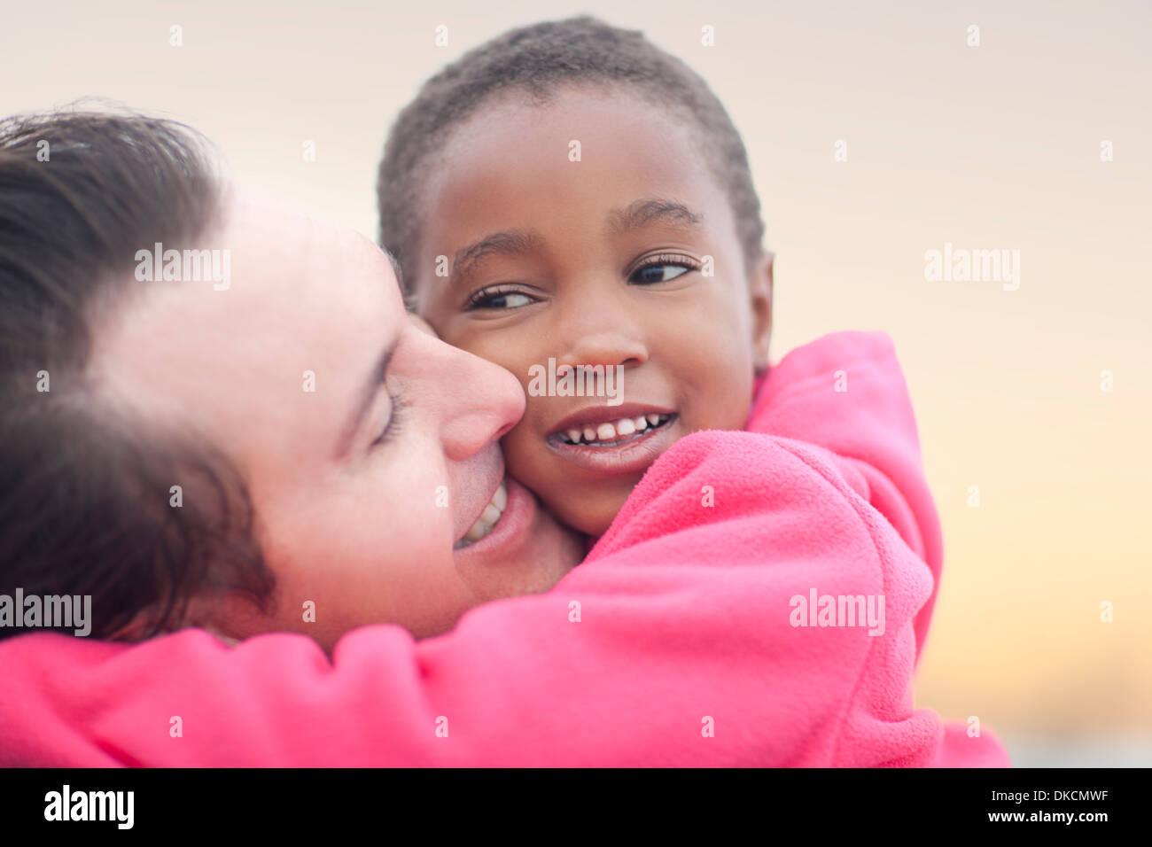Man hugging enfant Photo Stock