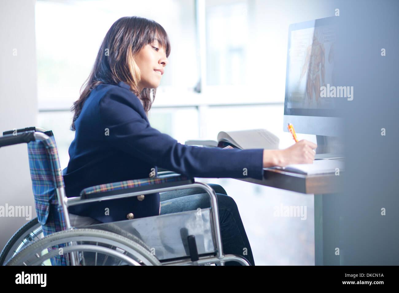 Woman in wheelchair Rédaction de notes Photo Stock