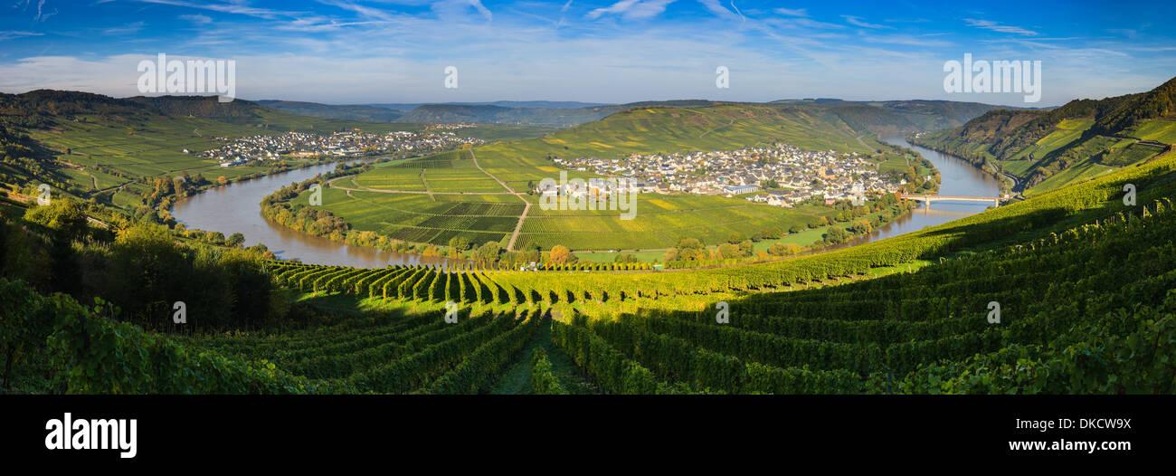 Coude de la Moselle avec les villages Traben-trarbach et Soye, dans l'ouest de l'Allemagne. Photo Stock