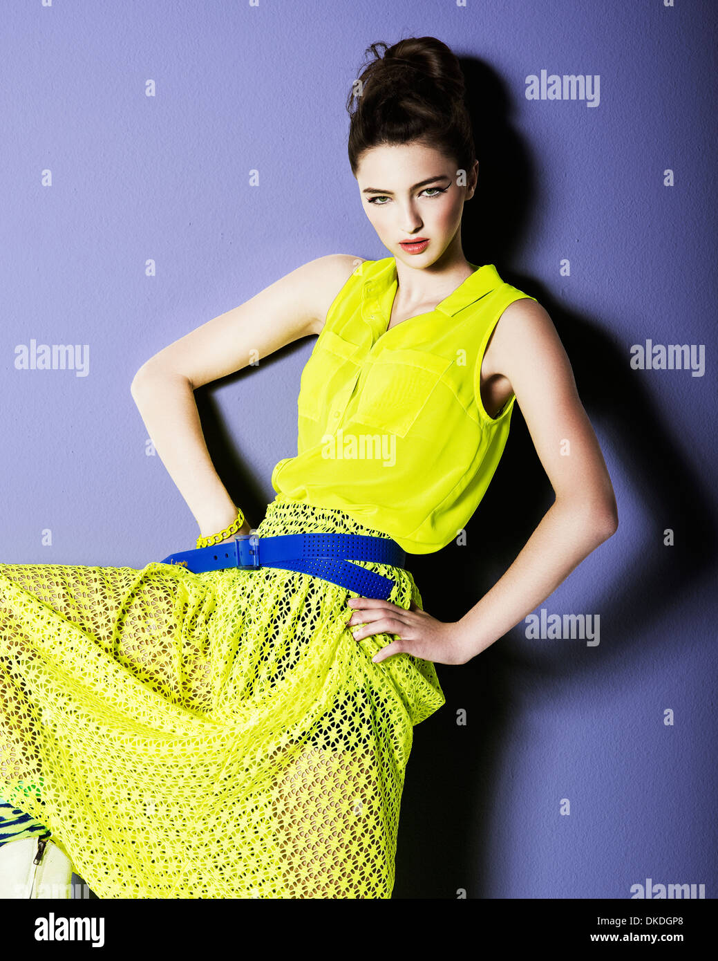 Jeune adolescent posant dans une robe jaune Photo Stock