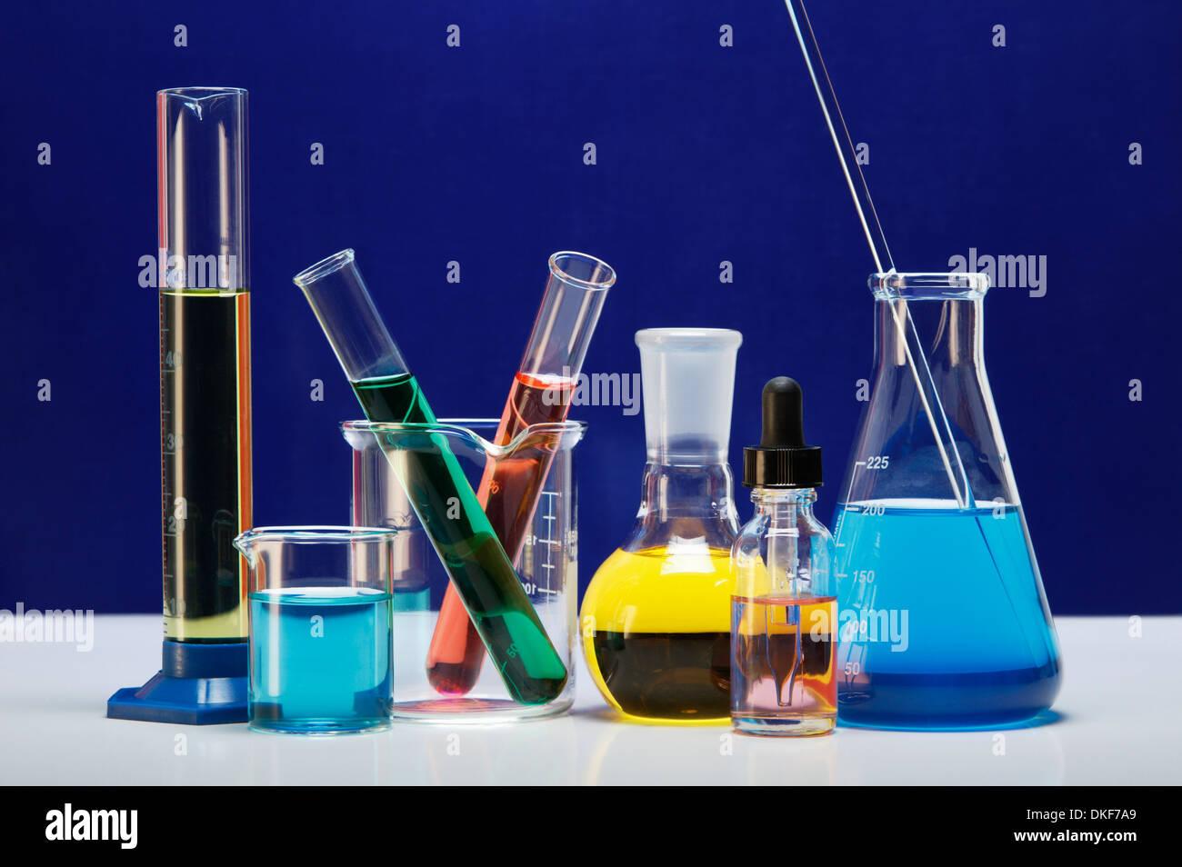 Verrerie de laboratoire chimique: cylindre gradué, petit bécher bécher, avec deux tubes à essai, ballon à fond Banque D'Images