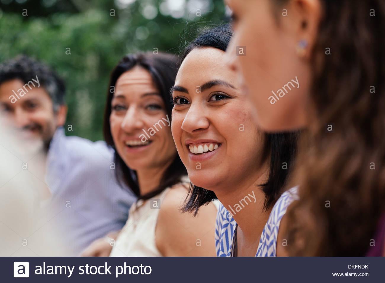 Jeune femme entre les membres de la famille Photo Stock