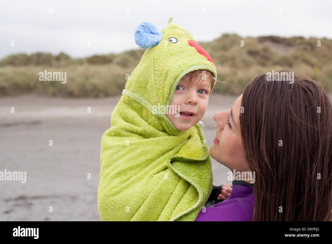 Portrait de mère fils holding wrapped in a towel Photo Stock