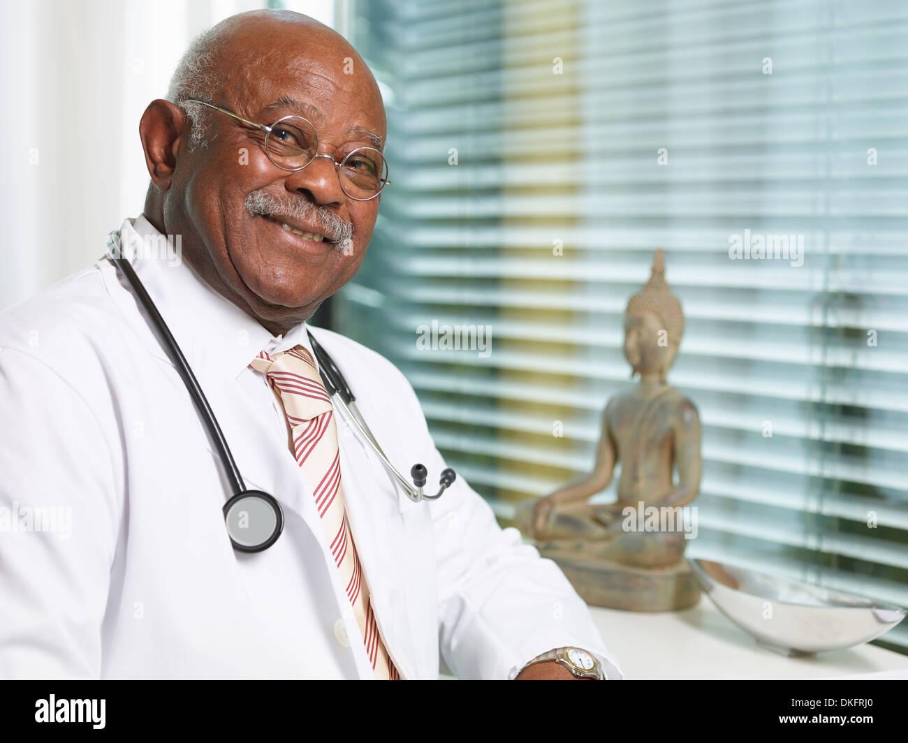 Senior doctor with stethoscope, vêtu d'un sarrau Banque D'Images