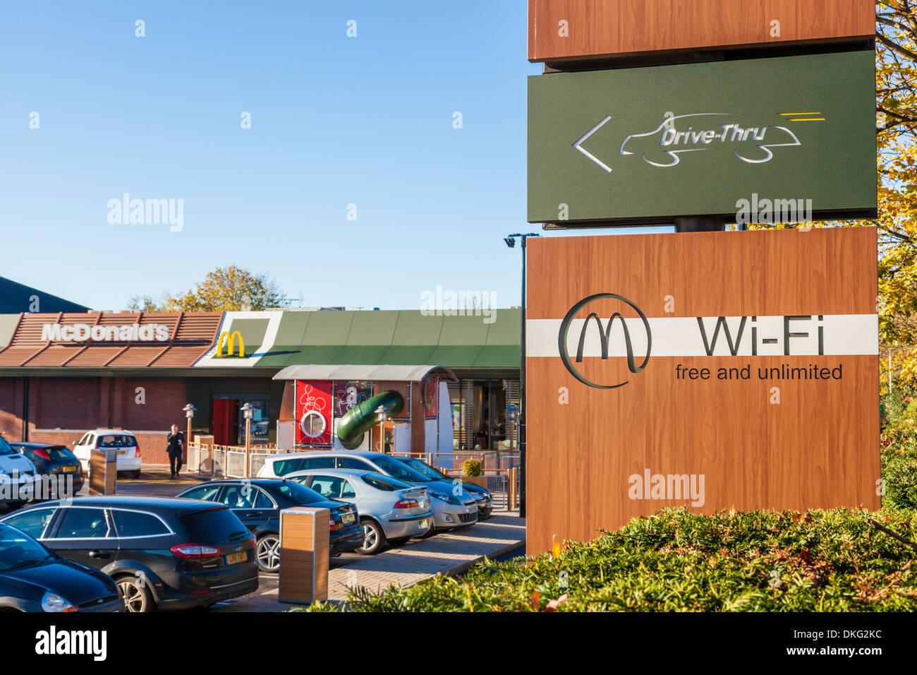 Inscrivez-vous pour un McDonald's Drive Thru avec wi fi, Nottingham, England, UK Photo Stock