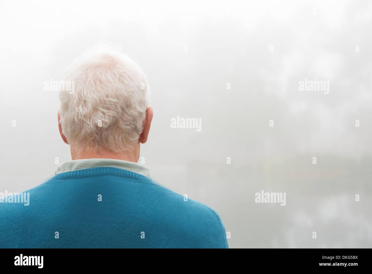 Vue arrière de senior man in blue top Photo Stock