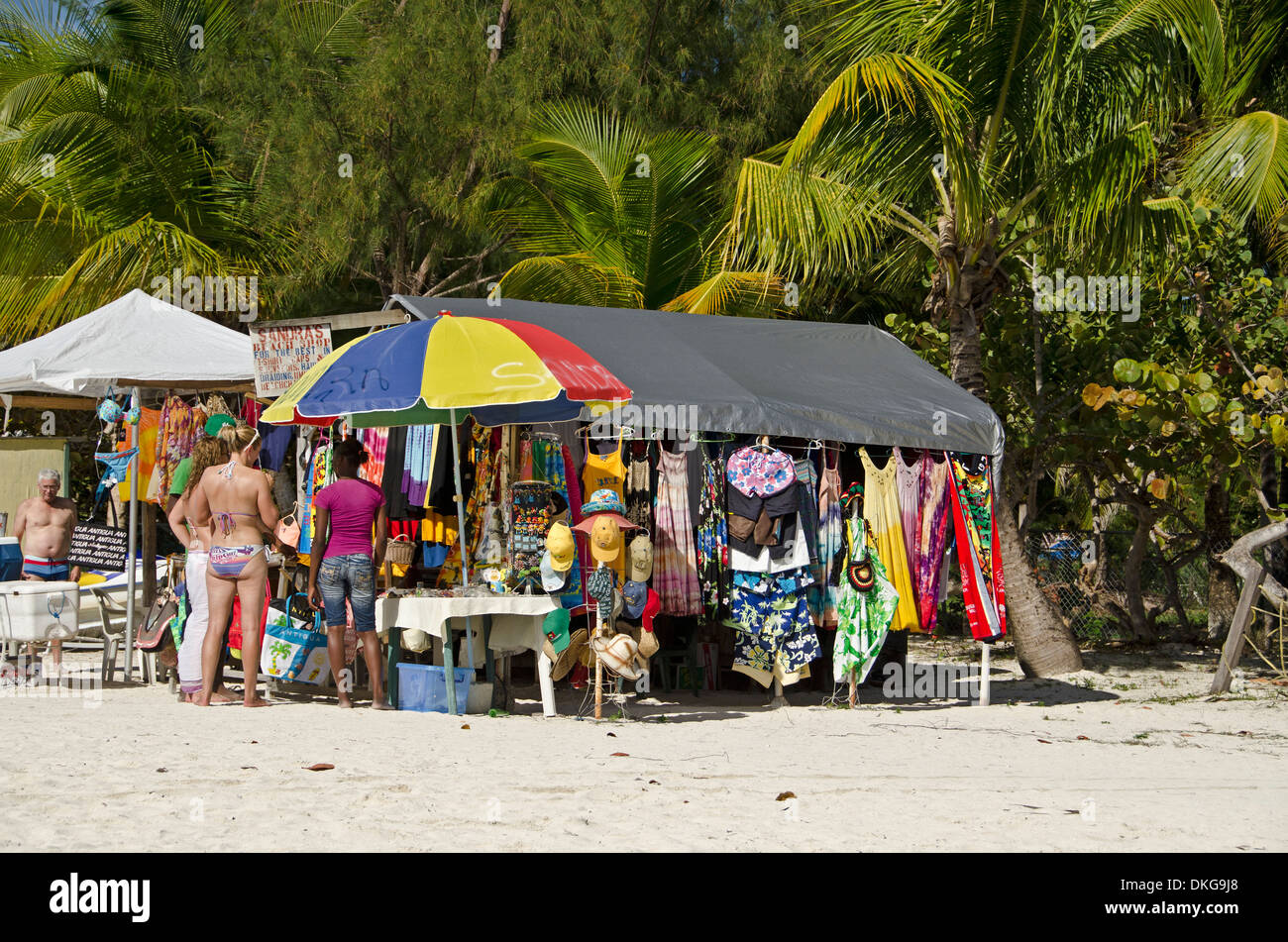 Market stall at beach, Jolly Beach, Antigua, Petites Antilles, dans les Caraïbes, l'Amérique Photo Stock