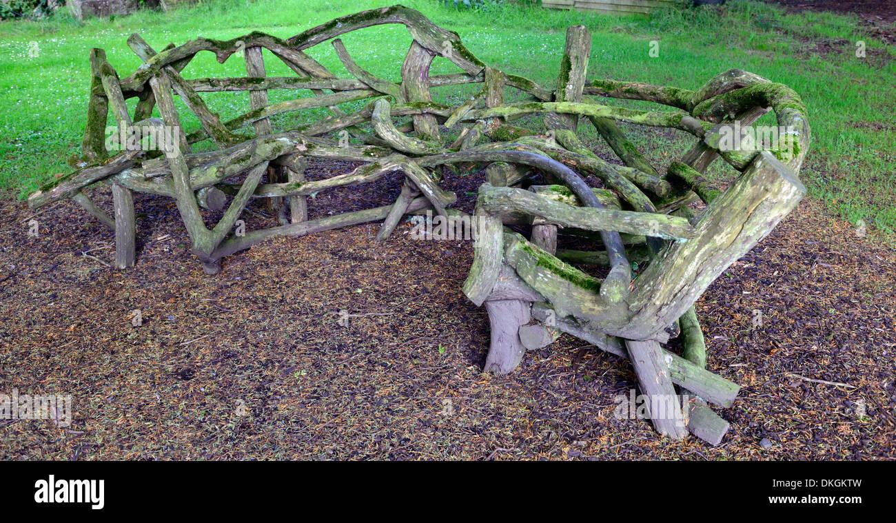 Banc de jardin en bois en bois coin fabriqués à partir de branches d ...