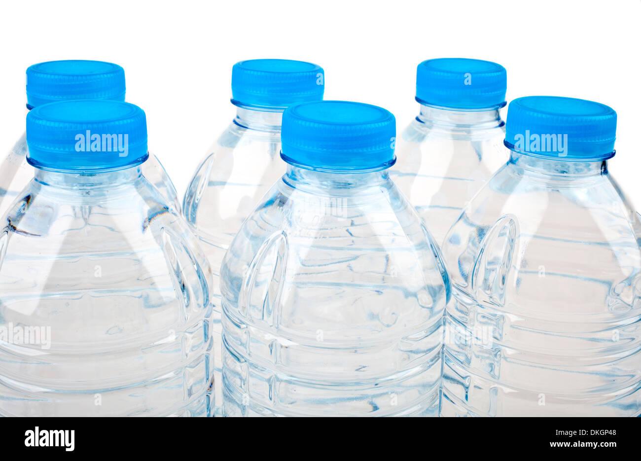 L'eau en bouteille sur un fond blanc. Photo Stock