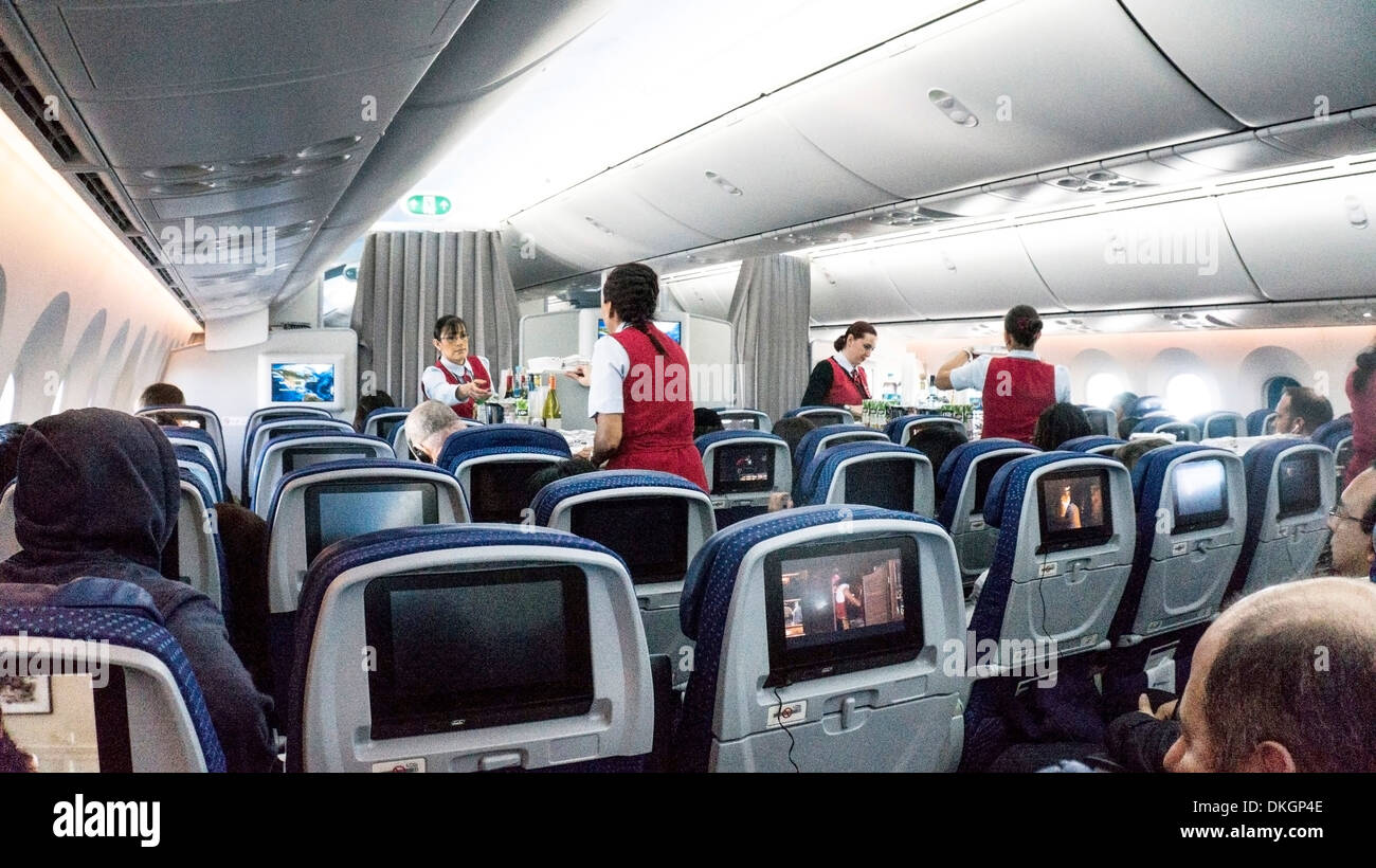 intrieur de boeing 787 dreamliner de lavant cabine touristiques pendant le service des repas en vol par des prposs de vol aeromexico
