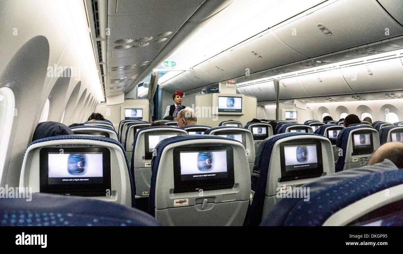 intrieur du boeing 787 dreamliner aeromexico aeromexico flight attendant supervise montrant des consignes video