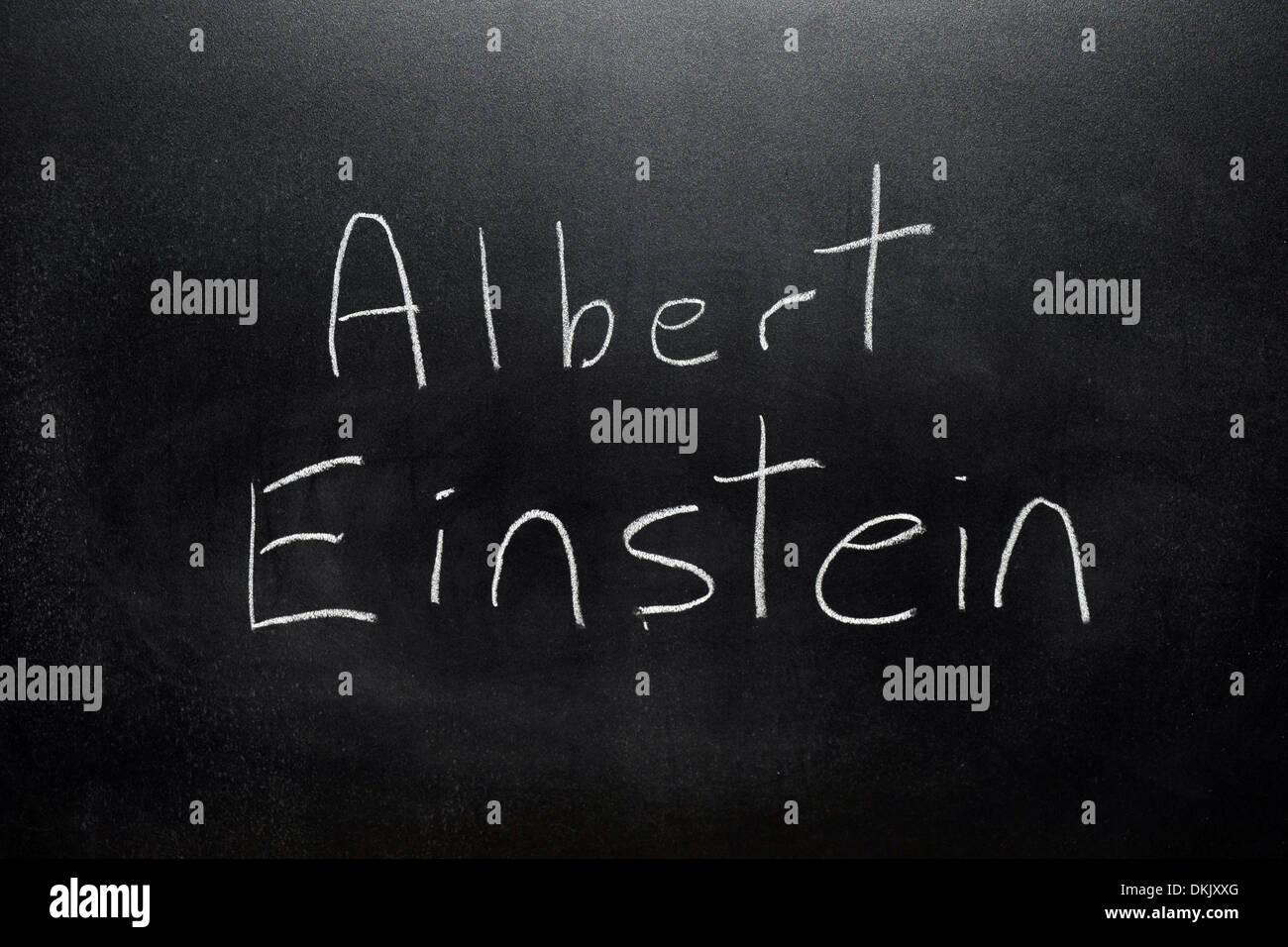 Un tableau avec le nom albert einstein écrit dessus en blanc craie