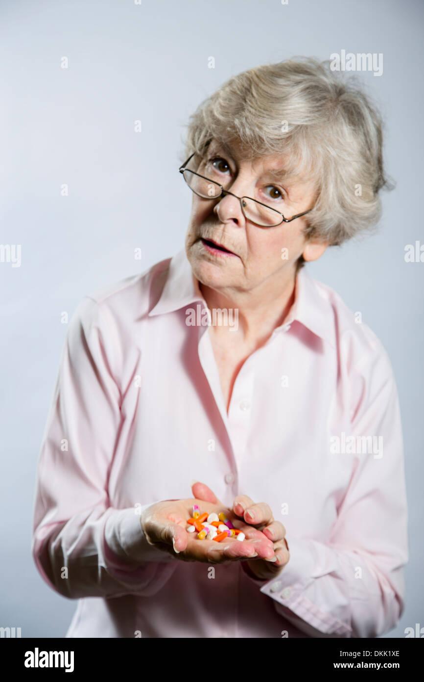 Femme âgée avec poignée de comprimés Photo Stock