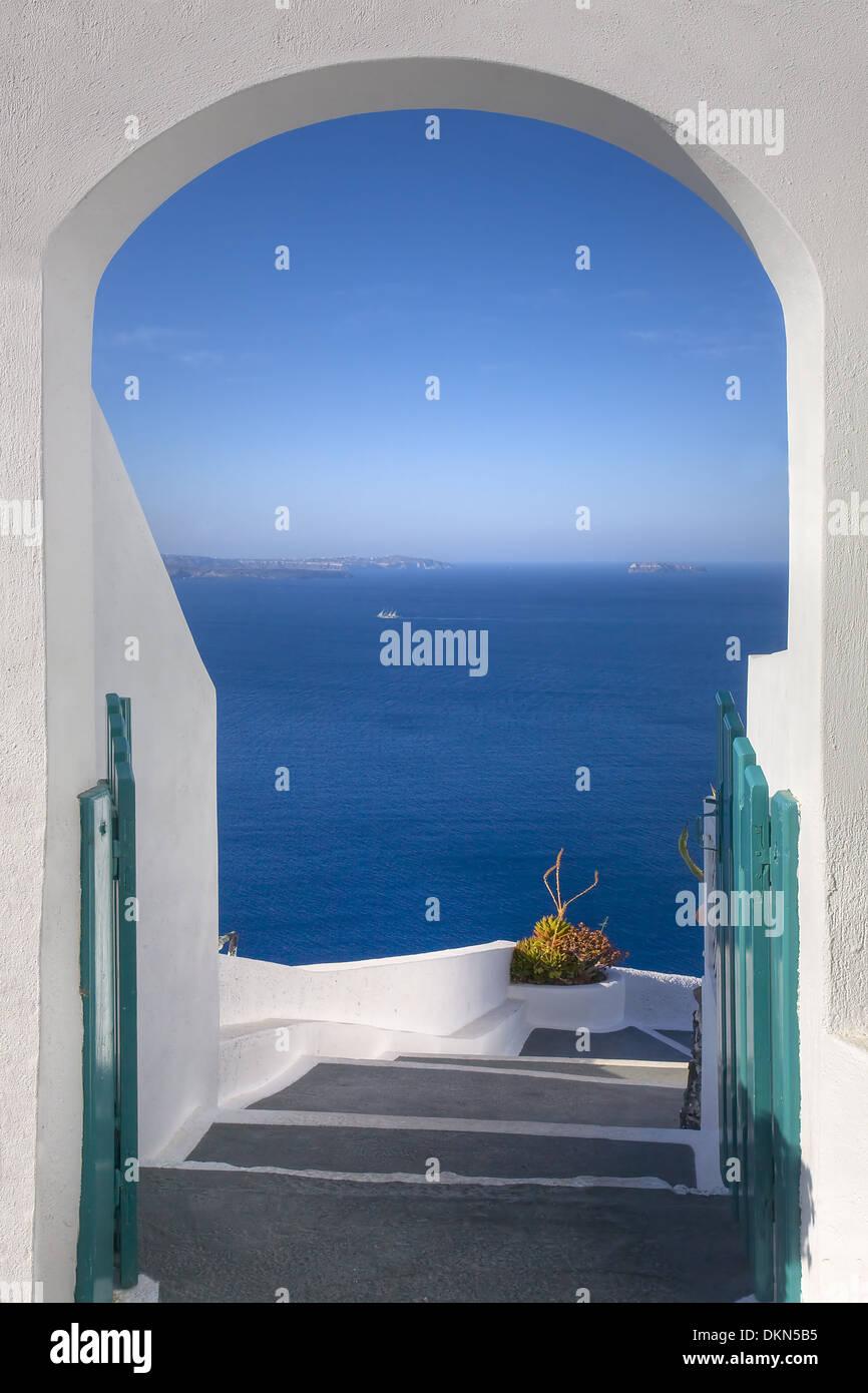 Une porte mène à la caldeira de Santorin, une merveilleuse évasion dans les îles Grecques Photo Stock