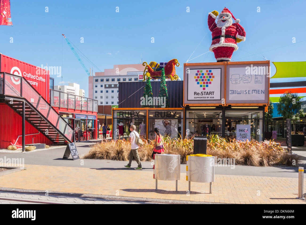 Centre commercial de conteneurs, Christchurch, Nouvelle-Zélande, à Noël. Décorations de Noël comme le tremblement de terre de Christchurch récupération... Photo Stock