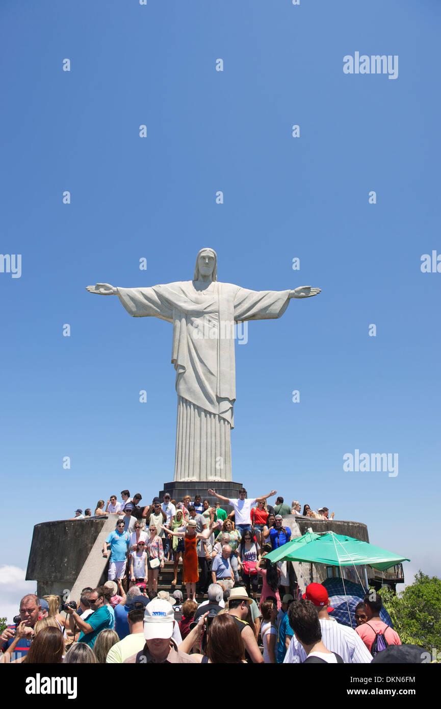 Des foules de touristes visitent le monument le Christ du Corcovado en posant avec les bras tendus Rio de Janeiro Brésil Photo Stock