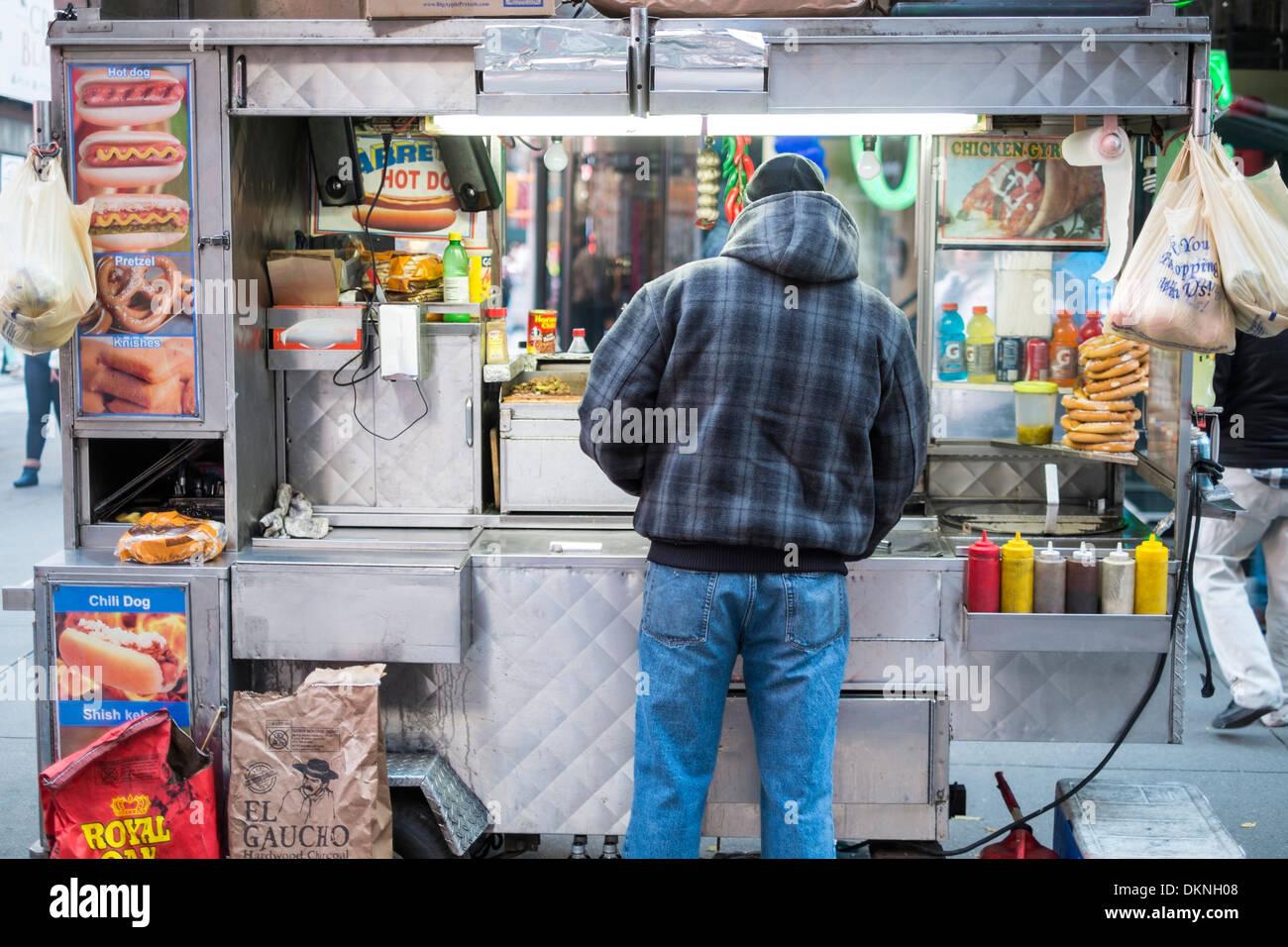 NEW YORK, États-Unis - 24 novembre: Street corner stand alimentaire avec le vendeur de l'arrière. Le 24 novembre 2013 à New York. Photo Stock